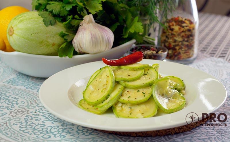 Полезное летнее блюдо: сырые маринованные кабачки