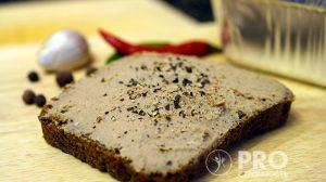 полезный бутерброд с куриным паштетом и печенью