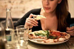 Как стресс влияет на переедание