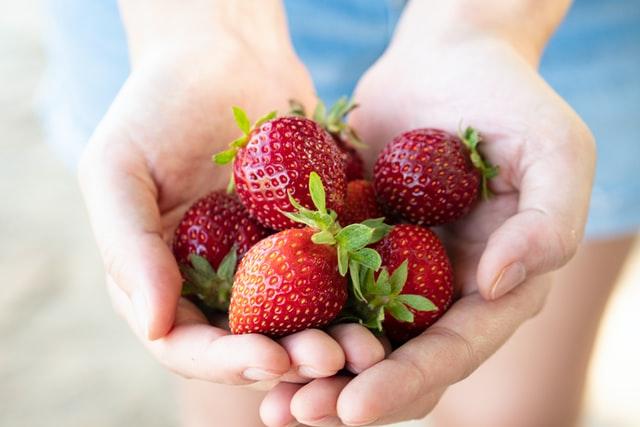 Спелые фрукты— летний вкус и польза